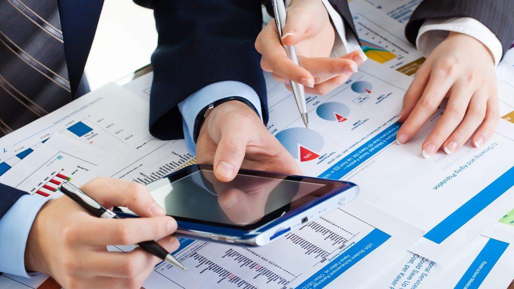 tablet sobre escritorio con papeles