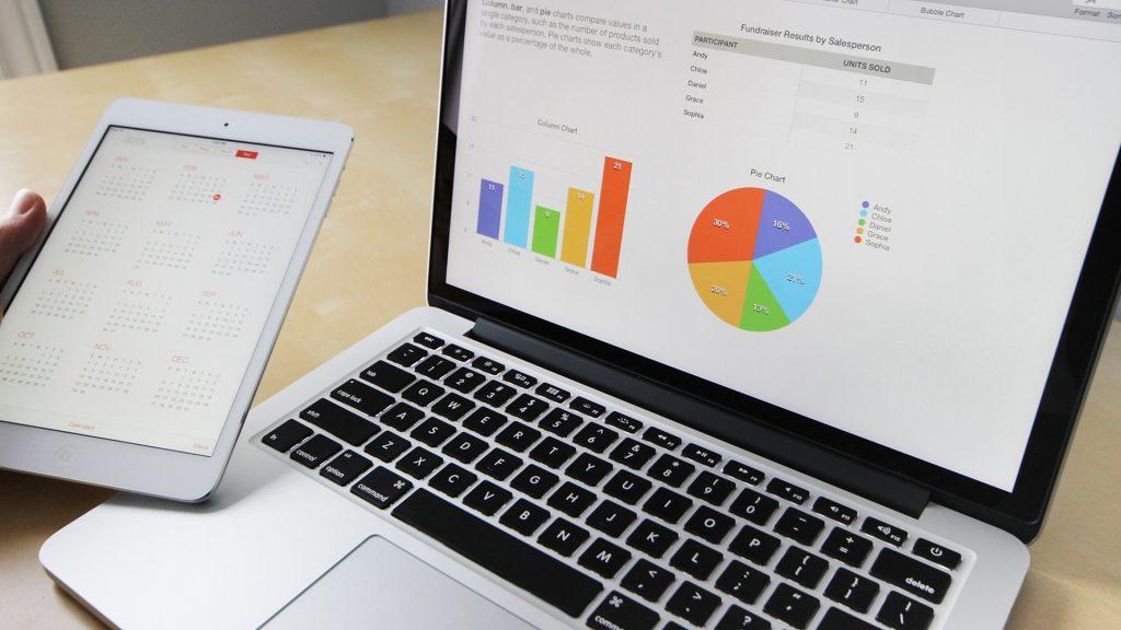 laptop mstrando datos estadisticos