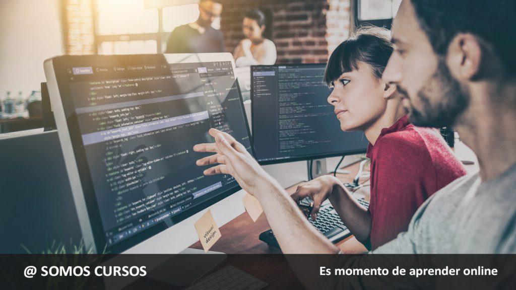 dos personas mirando a la computadora