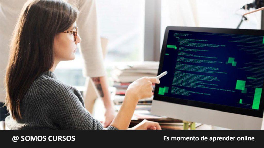 mujer revisando codigos de programación
